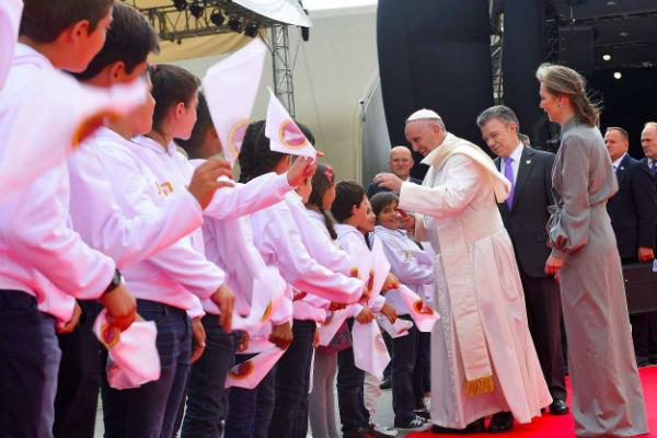 papa-francisco-saludando-niños