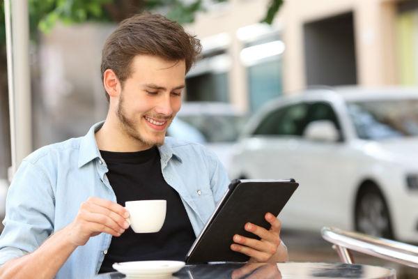hombre-tablet-cafe