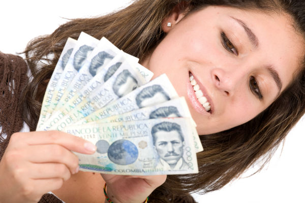 mujer-contando-billetes