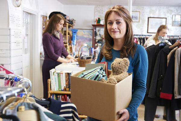 mujer-donando-cosas