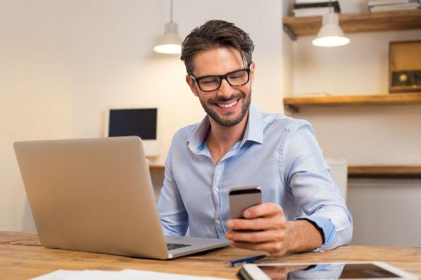 hombre-trabajando-celular