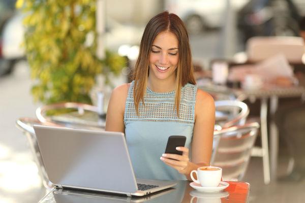 mujer-trabajando-celular