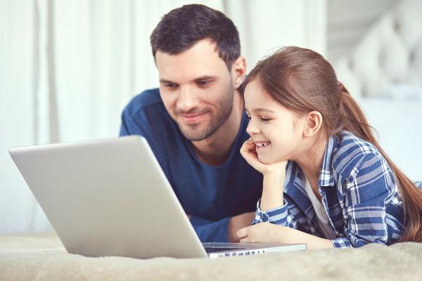 papa-hija-jugar-computador