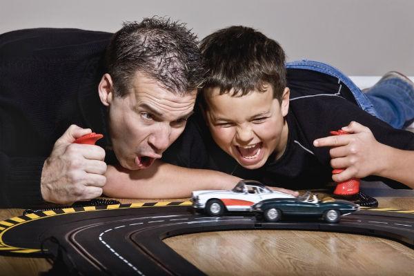 papa-hijo-jugar-pista